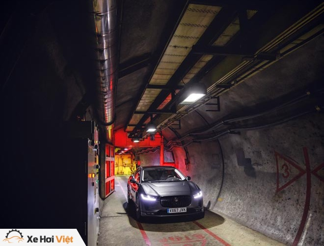 Với một lần sạc, xe điện Jaguar I-Pace có thể chạy được tới 369 km - 2