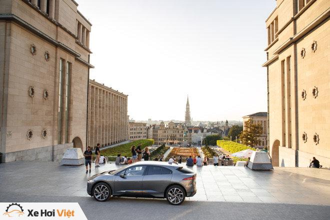 Với một lần sạc, xe điện Jaguar I-Pace có thể chạy được tới 369 km - 9