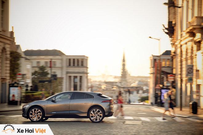 Với một lần sạc, xe điện Jaguar I-Pace có thể chạy được tới 369 km - 10