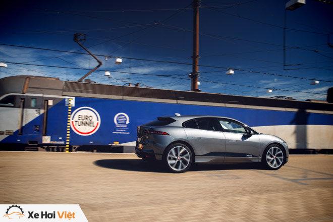 Với một lần sạc, xe điện Jaguar I-Pace có thể chạy được tới 369 km - 7